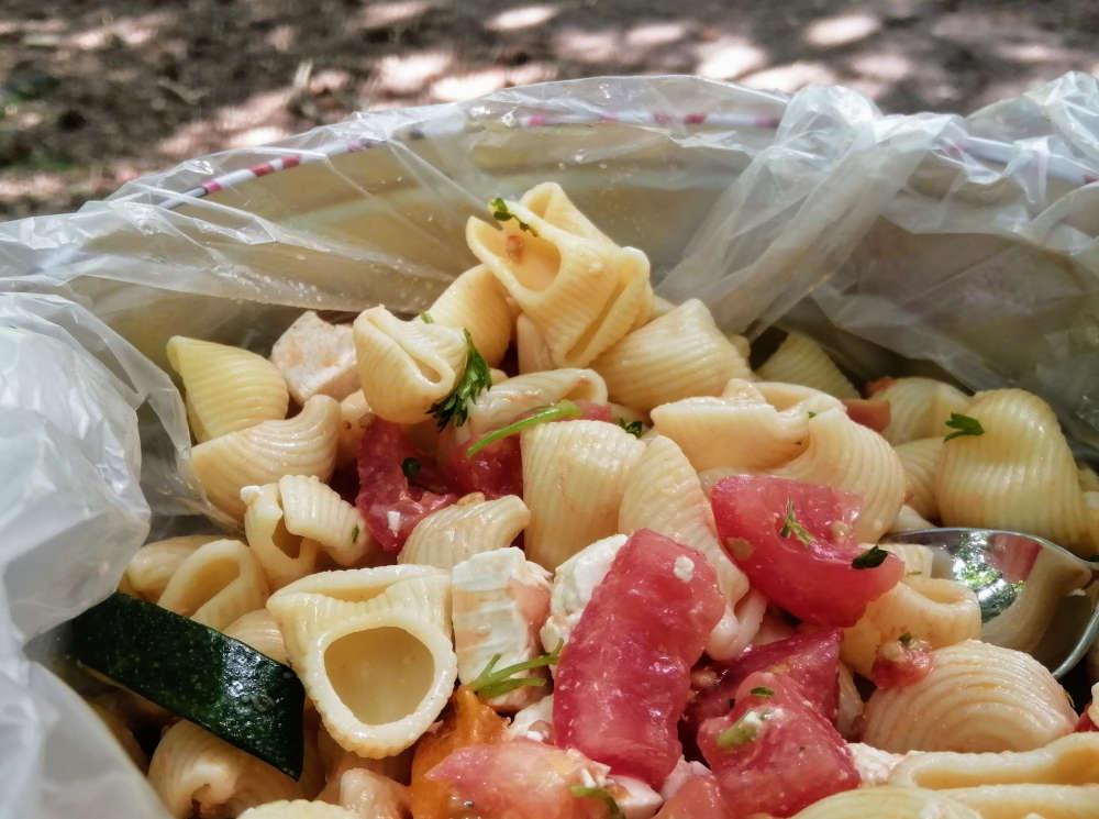 pastasalade met kip en gegrilde groentes
