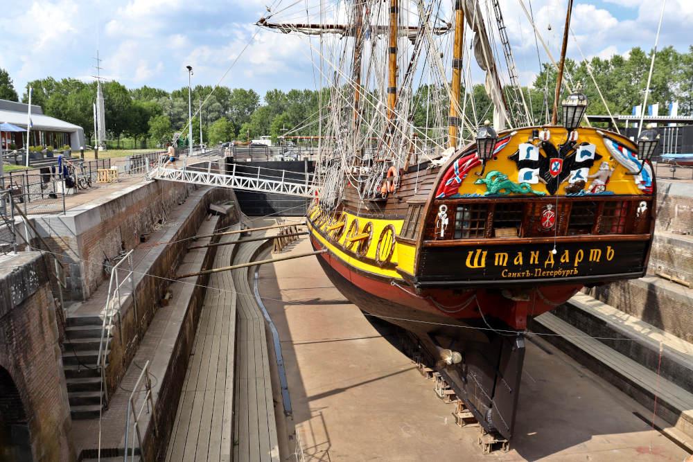 Historsich schip de Sthandart in het droogdok Jan Blanken in Hellevoetsluis