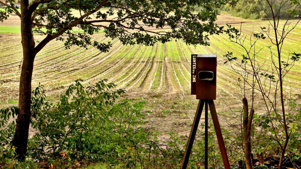 Een kijker kijkt over het land, maar wie in de kijker kijkt ziet het verleden