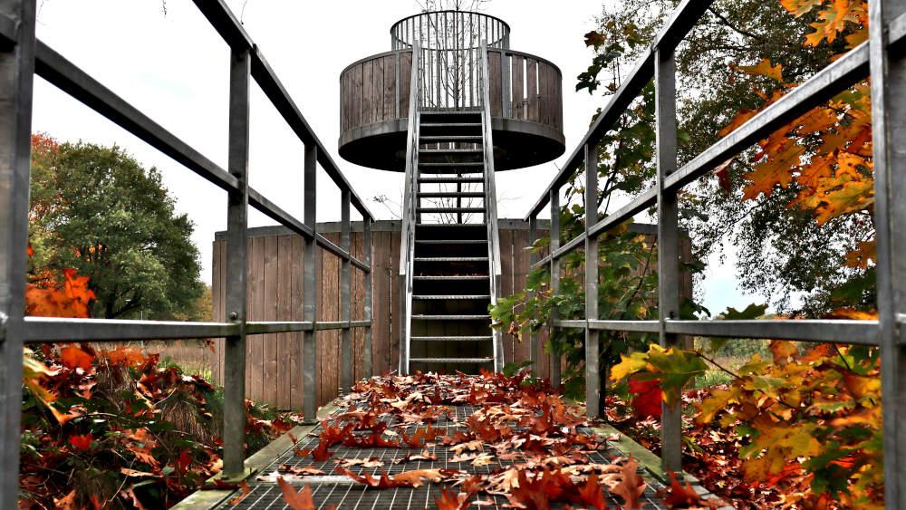 De nieuze Hessenhut, uitkijktoren en kunstwerk in één, aan de voet het Middelpunt van Nederland