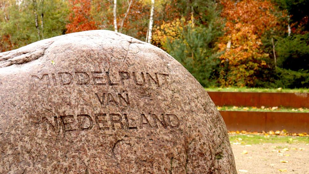"""Zwerfsteen met inscriptie """"MIDDELPUNT VAN NEDERLAND"""""""