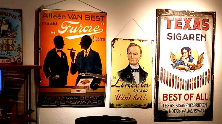 Reclameborden in Sigarenmakerij Museum in Valkenswaard