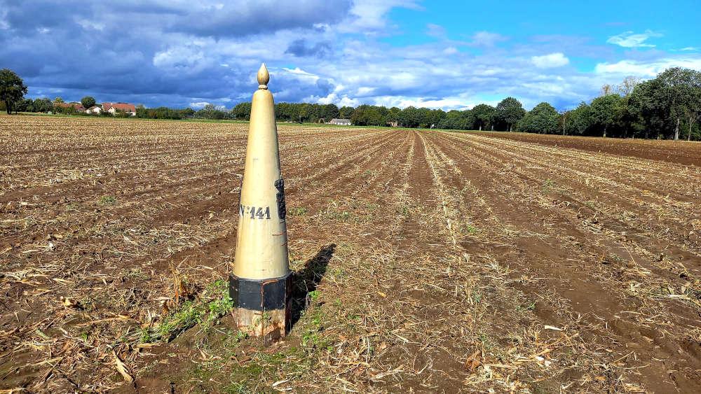 Grenspaal 141 in een maïsveld