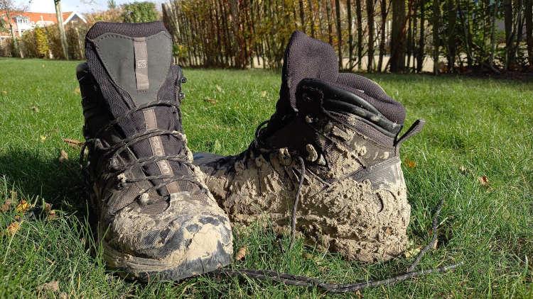 Wandelschoenen als moderne klompen voor op de klompenpade.