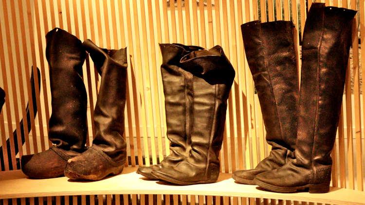 Laarzen van griendwerkers in Biesbosch Museum