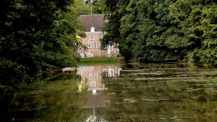 Doorkijkje naar de achterkant van Kasteel 't Nijenhuis