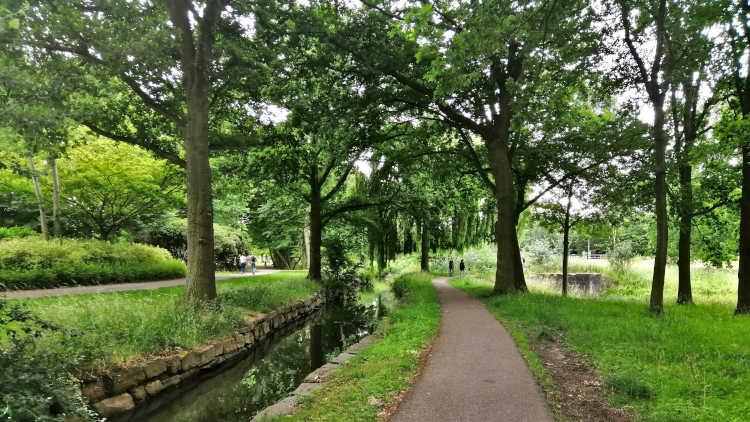 Vanuit Sitterd wandel je eerst door het stadspark