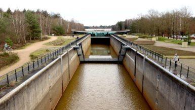 Sluis in Well bij Reindersmeer met bezoekerscentrum
