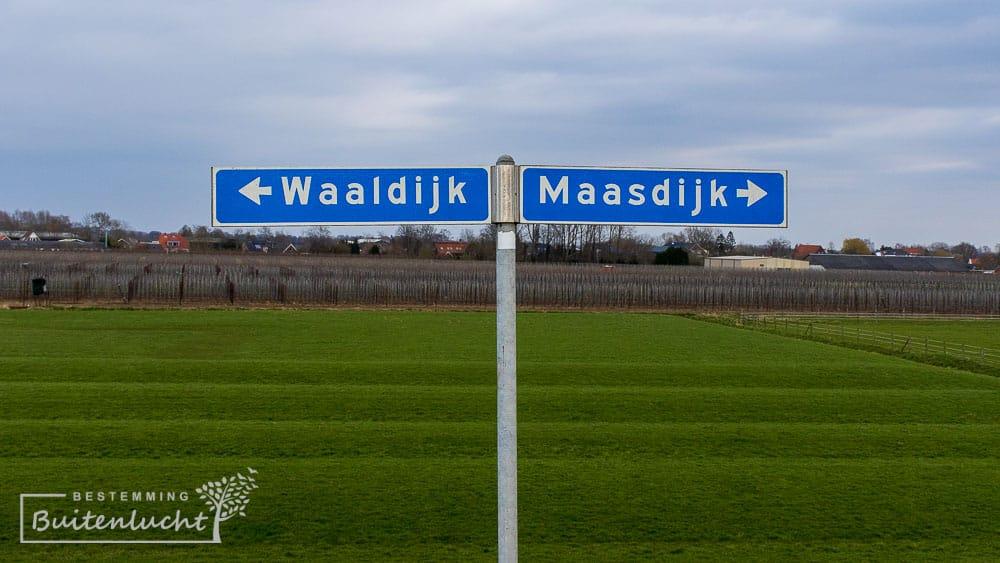 De Waaldijk en de Maasdijk, liggen hier letterlijk in elkaars verlenge.