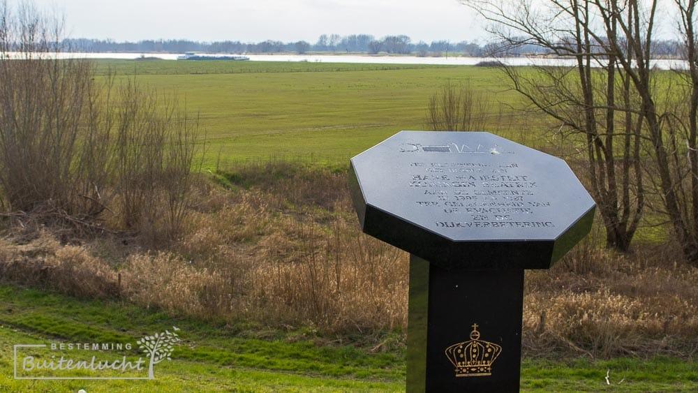 Plaquette ter herinnering aan bezoek van koningin Beatrix aan het Driedijkenpunt.
