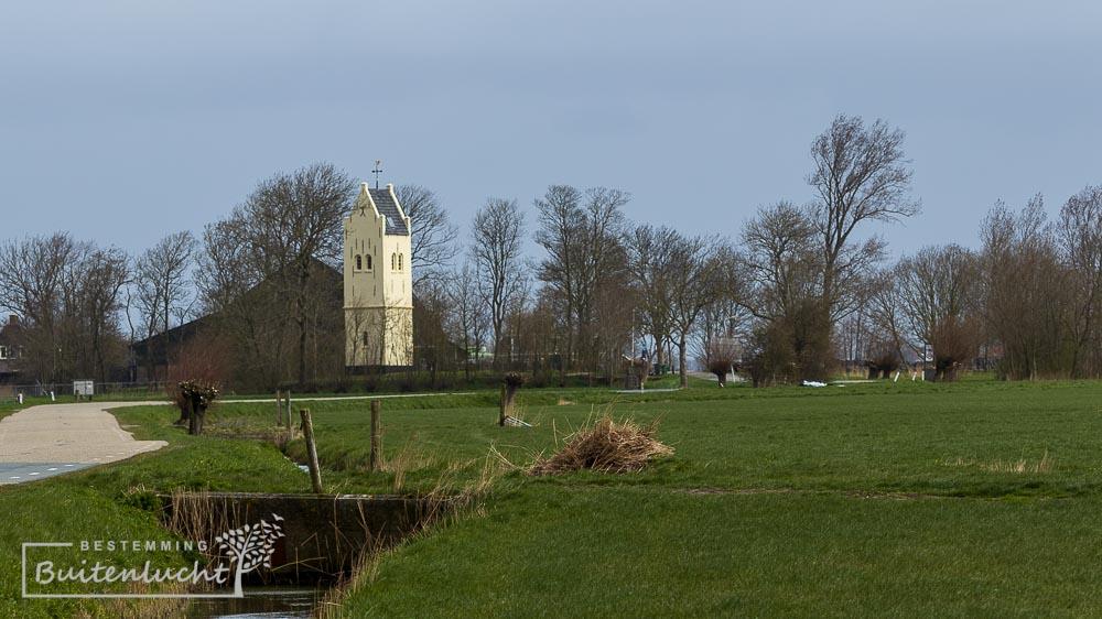 Het gehucht Eagum, en de toren liggen midden in de wijdse polders