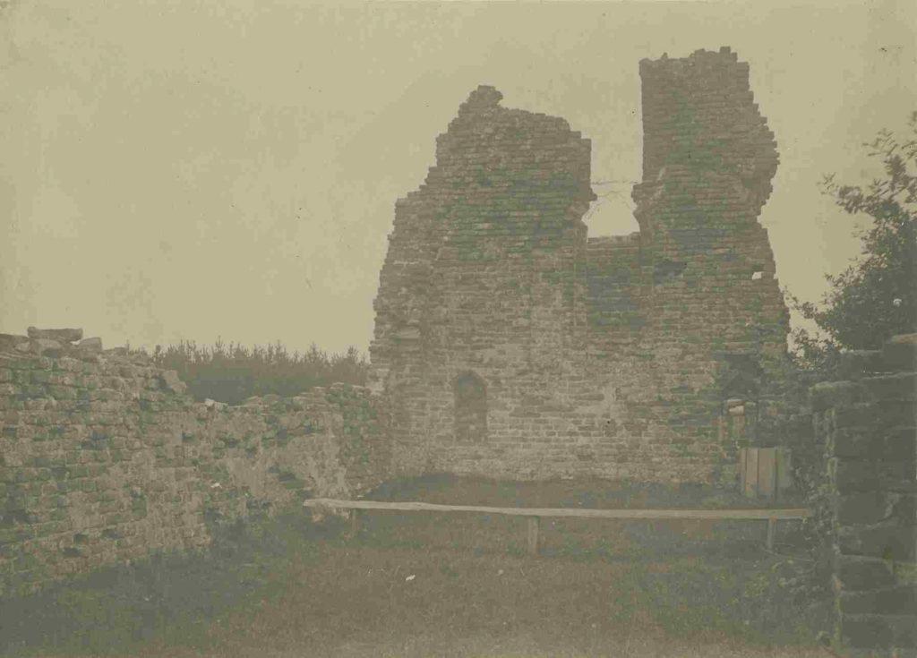 Ruïne van de Sint-Walrickkapel op een foto uit 1903. De koortsboom is nog niet geplant.