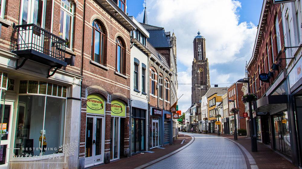 """De Sint-Martinuskerk, waar de """"graaf"""" van het Graaf van Hornepad begraven is."""