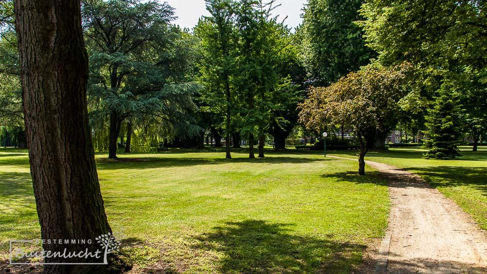 wandelen door het parkachtige gebied bij Huize Padua