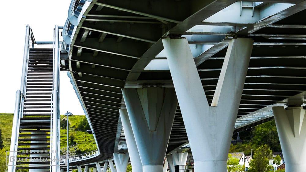 De brug aan het begin van de trage tocht bij Kanne heeft een bijzonder lijnenspel