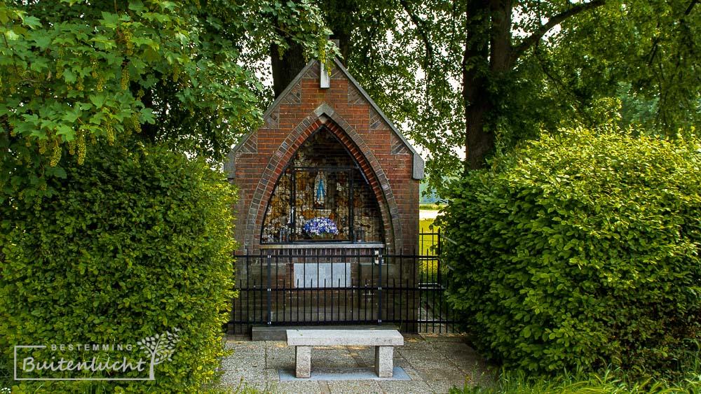 Kapel aan het Hout, onder Lindebomen