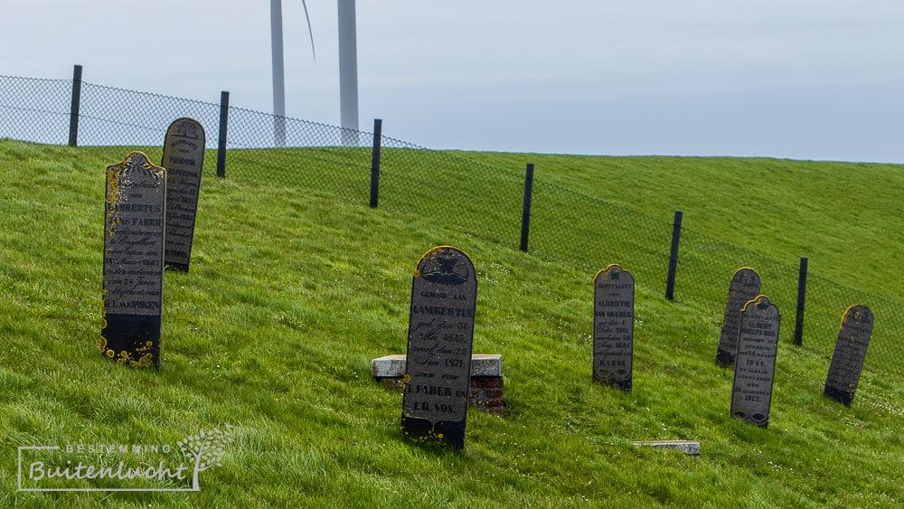 grafstenen op de dijk boj Oterdum