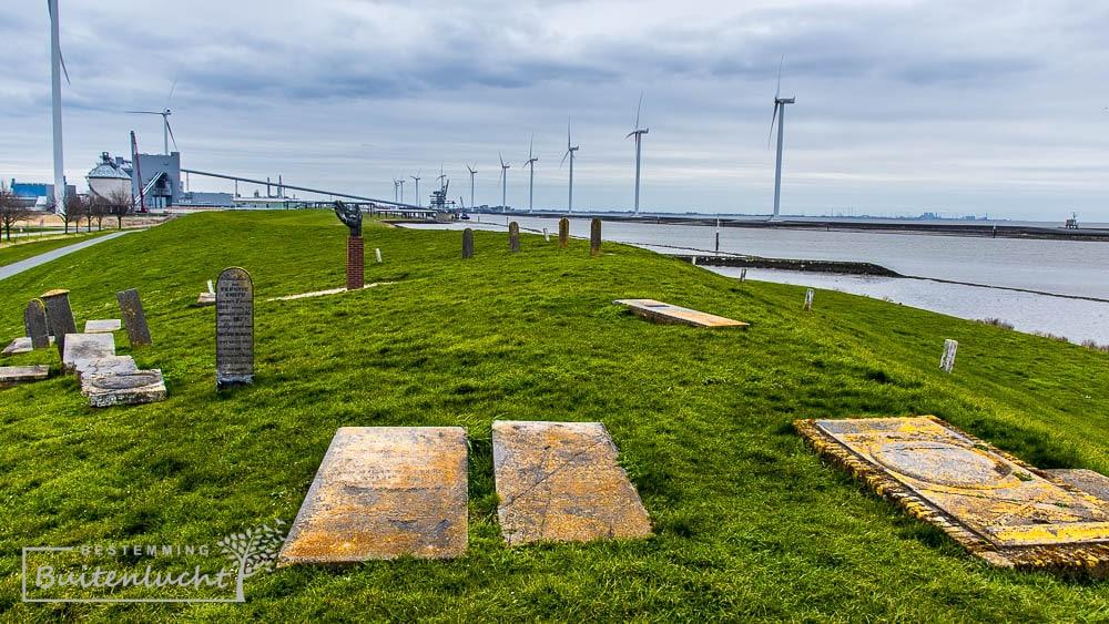 Het kerkhof van Oterdum op de Eemsdijk