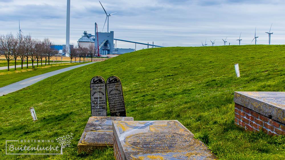grafstenen bij het monumentendorp oterdum